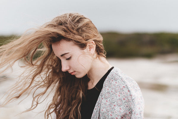 How to Tame Frizzy Hair in 5 Effective Ways