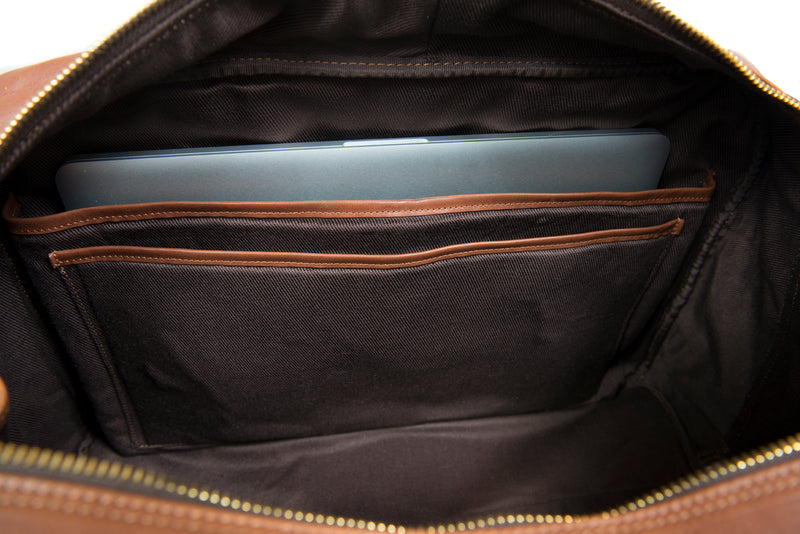 Brun travel bag i läder med axelrem