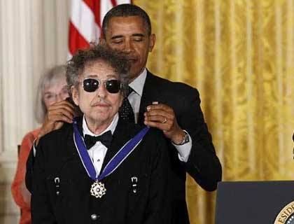 DYLAN WEARS ROCKMOUNT WHEN AWARDED MEDAL OF FREEDOM