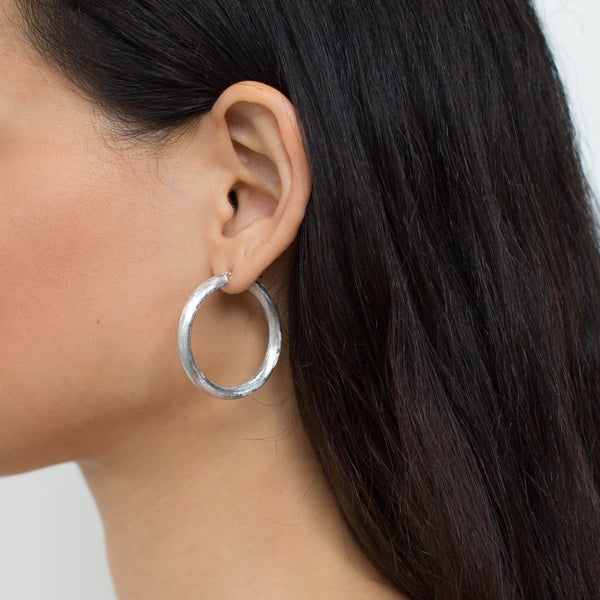 La ROUND-EDGES SATINA Hoops