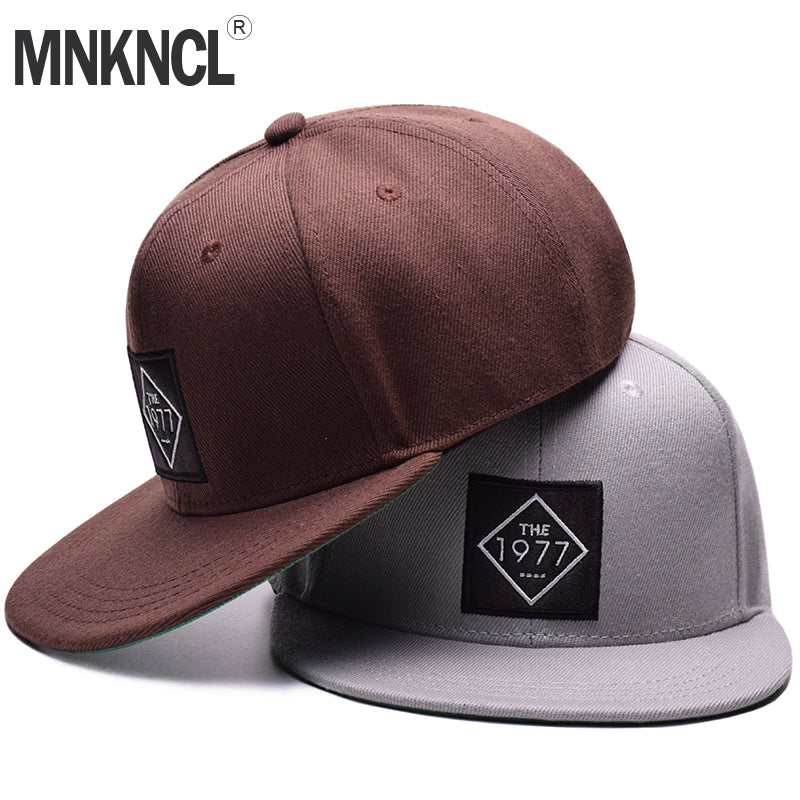 MNKNCL EMBROIDERED FLAT BRIM 1977 BRAND BASEBALL HAT