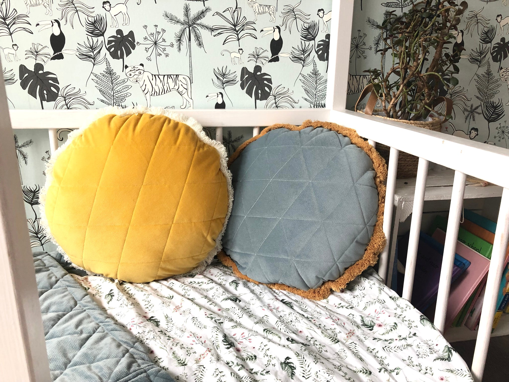 Timeless sage - round velvet pillow
