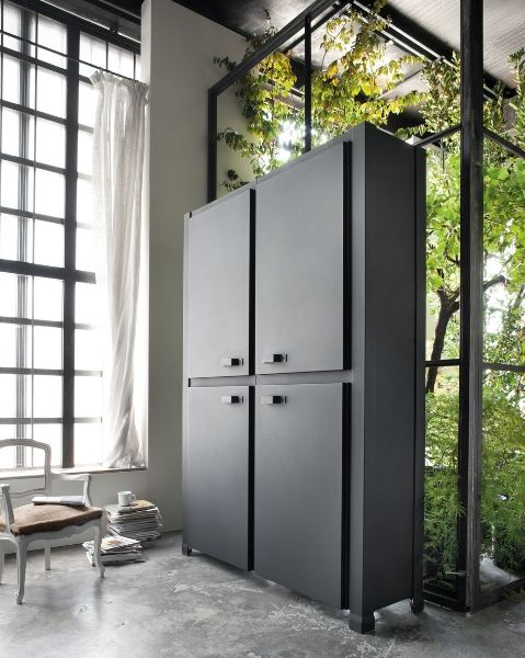 Minacciolo Minà Kitchen featires tall units which can easily accommodate roomy pantry cupboards.