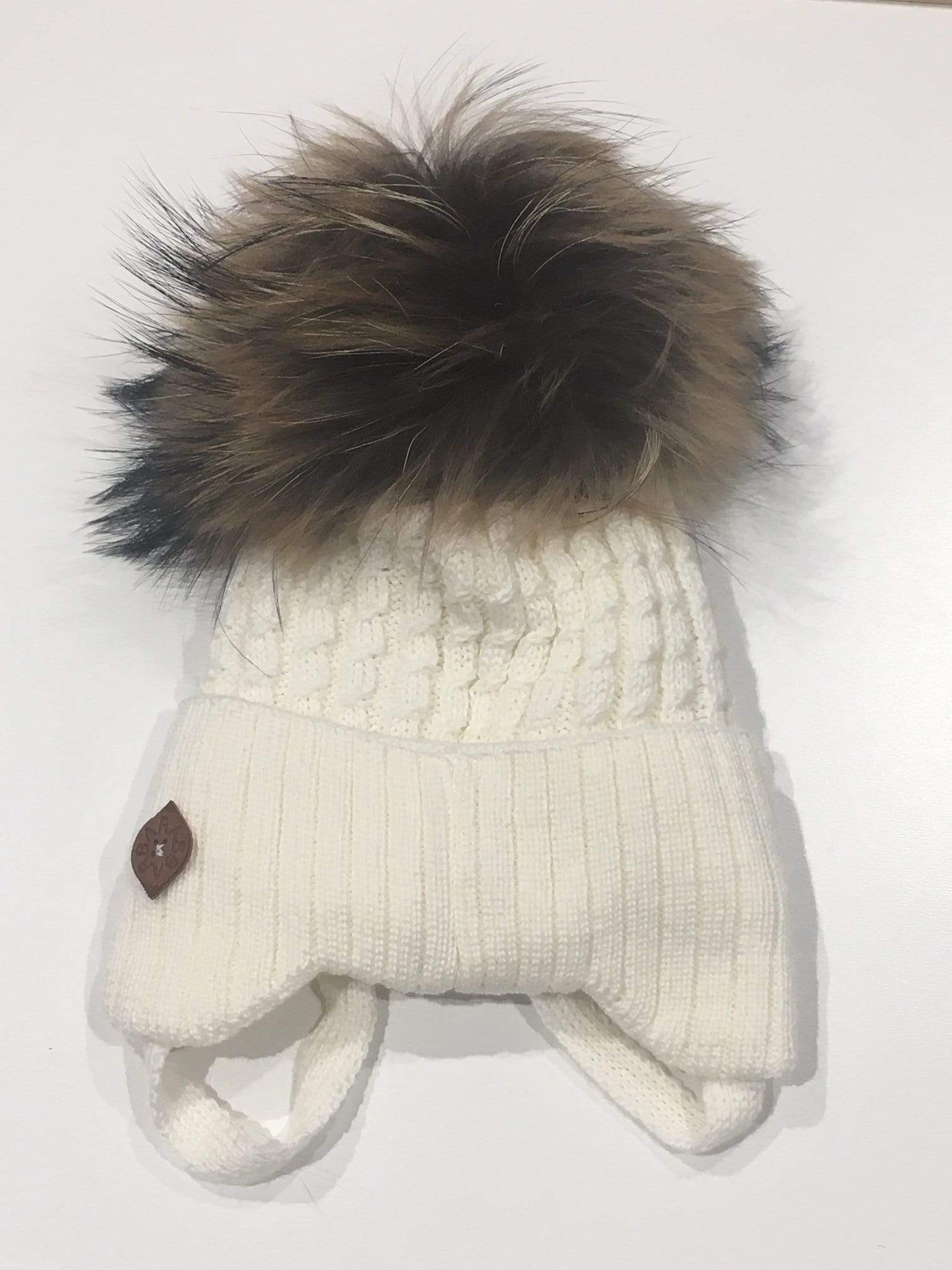 Barbaras Accessoires Tuque en laine creme avec cordon et fourrure Cream wool hat with lace and fur