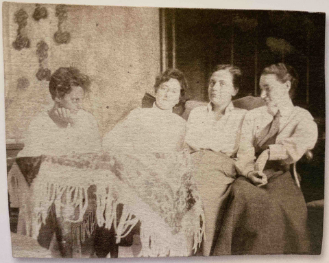 Hilda Jesser (1894-1985), Lotte Calm (1897-?), Fritzi Low (1891-1975), Felice Rix, Group photo at the School of Arts and Crafts, ca 1916