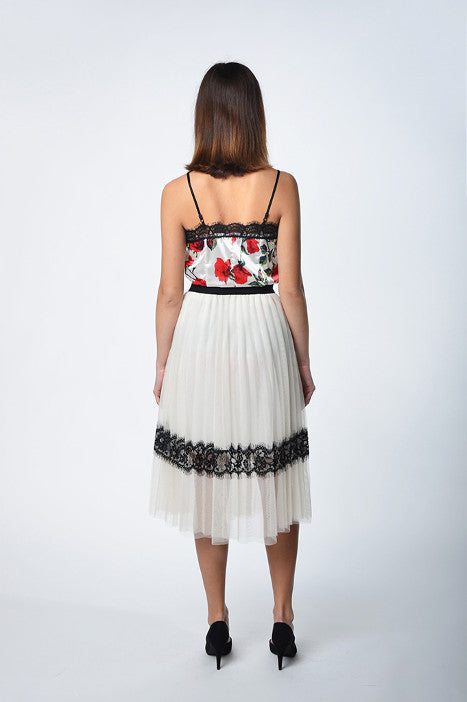 Pleated skirt milk color with lace