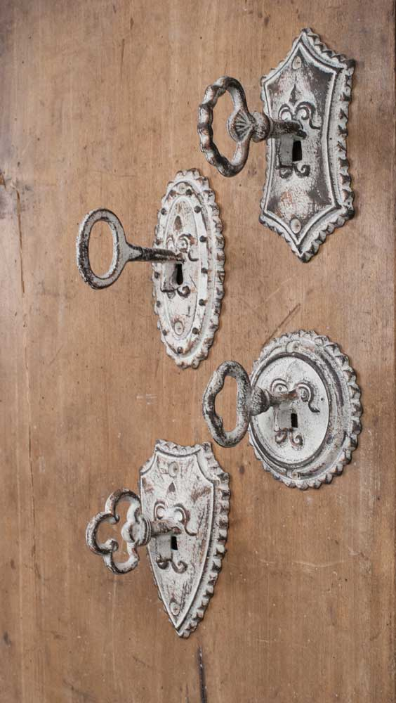 Distressed White Vintage Key Metal Hooks Set