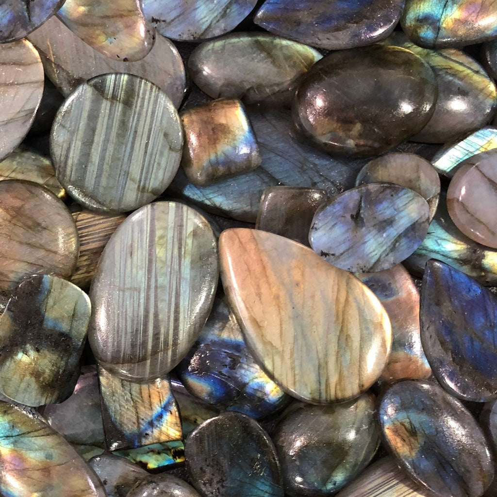 The Comprehensive Guide to the Labradorite Stone