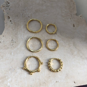 Hug mini hoop earrings