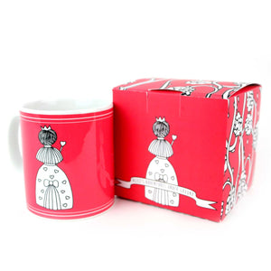 Red mug with gift box with an illustration of the queen of hearts