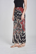 SARUNG Ilda in Black & Maroon