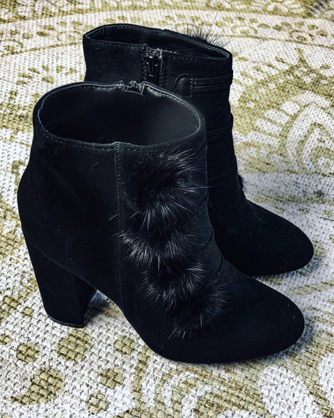 MARGAUX COLLECTION Bottines suédées noires à pompons