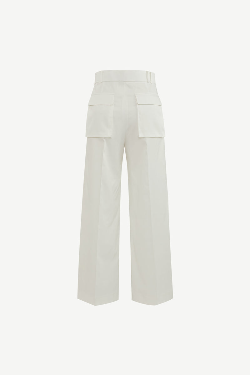 Double cargo pockets single pleat trousers in white