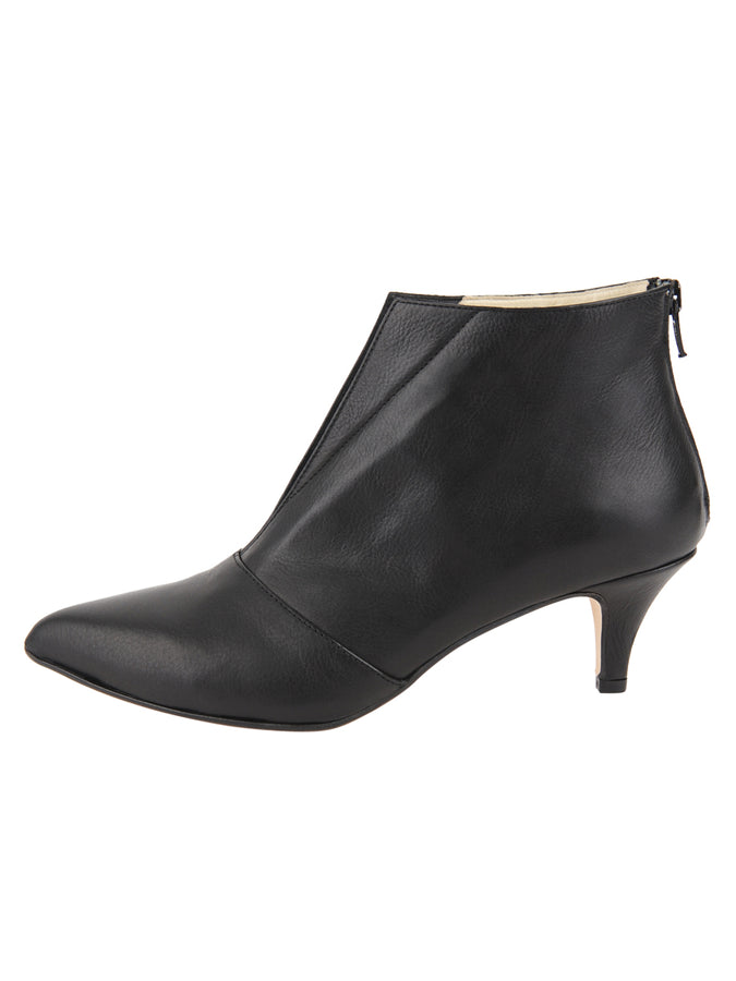 Womens Black Leather Brandi Pointed Toe Bootie 7