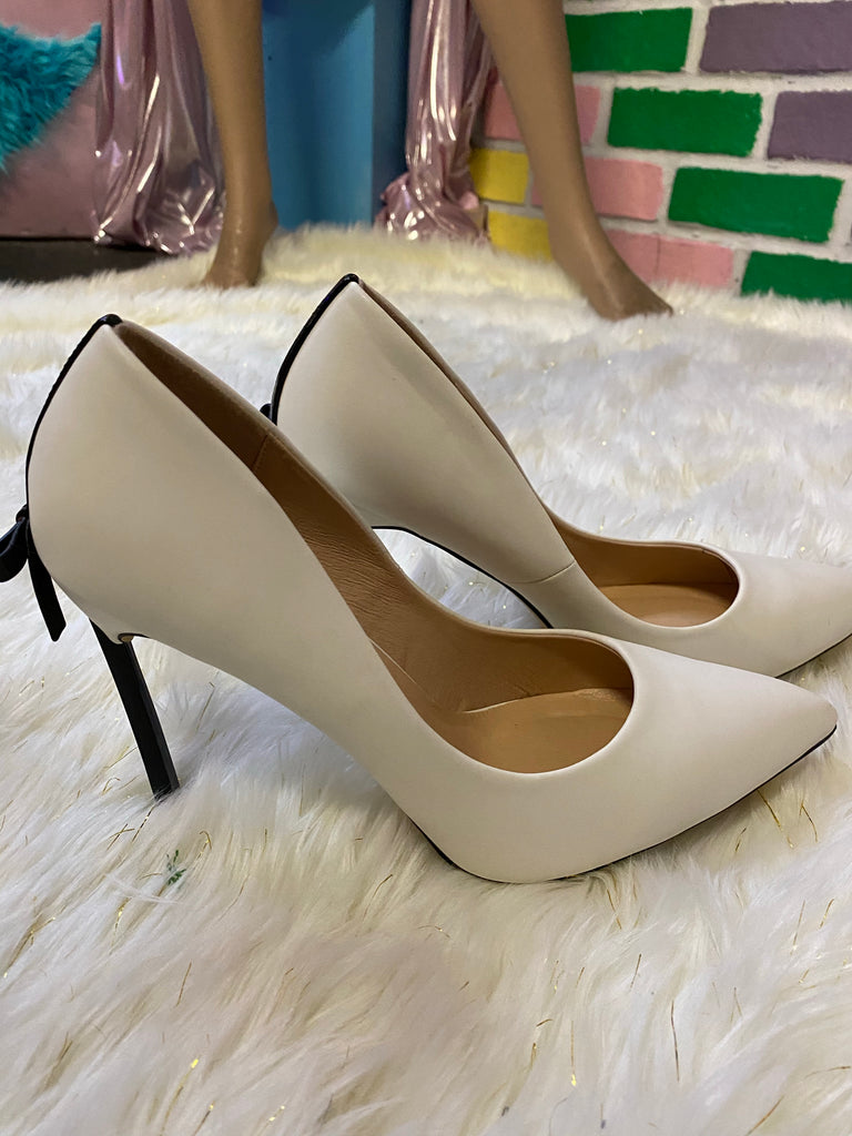 WHITE PUMPS WITH BOW ~ SIZE 9
