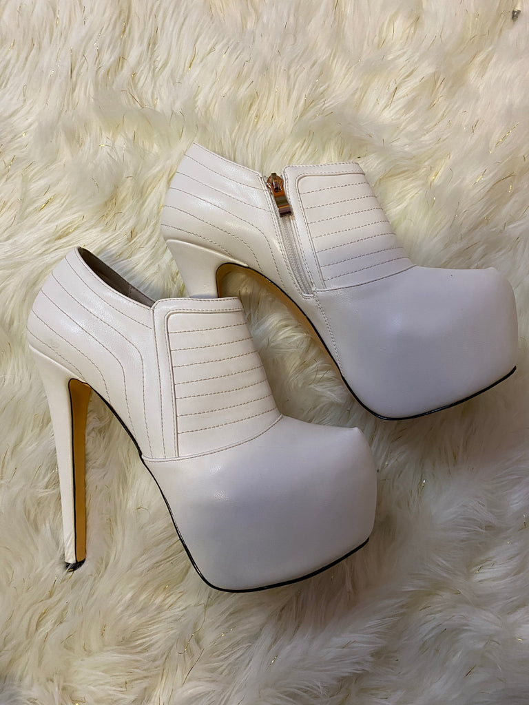 WHITE ANKLE BOOTS ~ SIZE 9