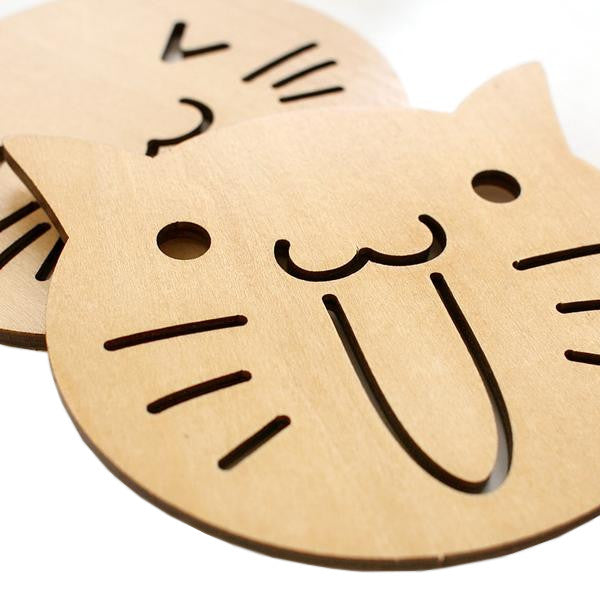 Lot de 2 dessous de verre en bois sculpté. Fantaisie chat mignon cartoon