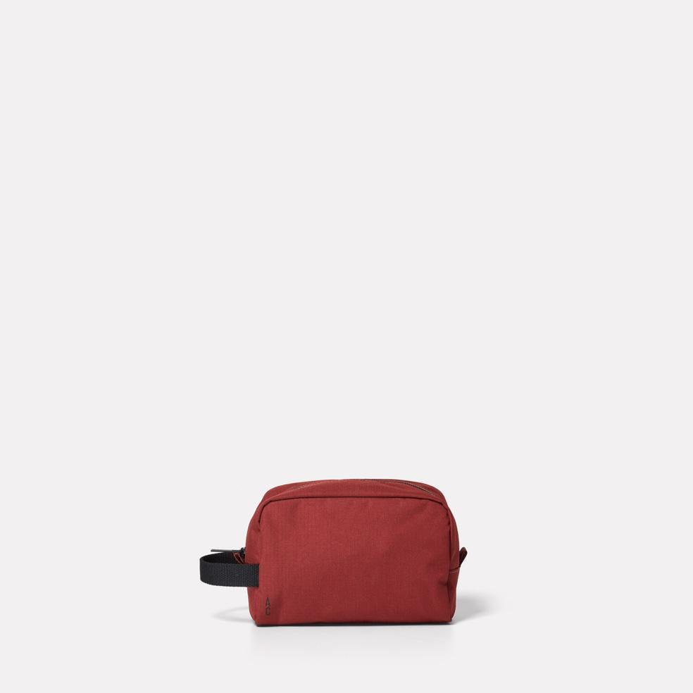 AC_AW18_WEB_RIPSTOP_WASHBAG_SIMON_BURGUNDY_01