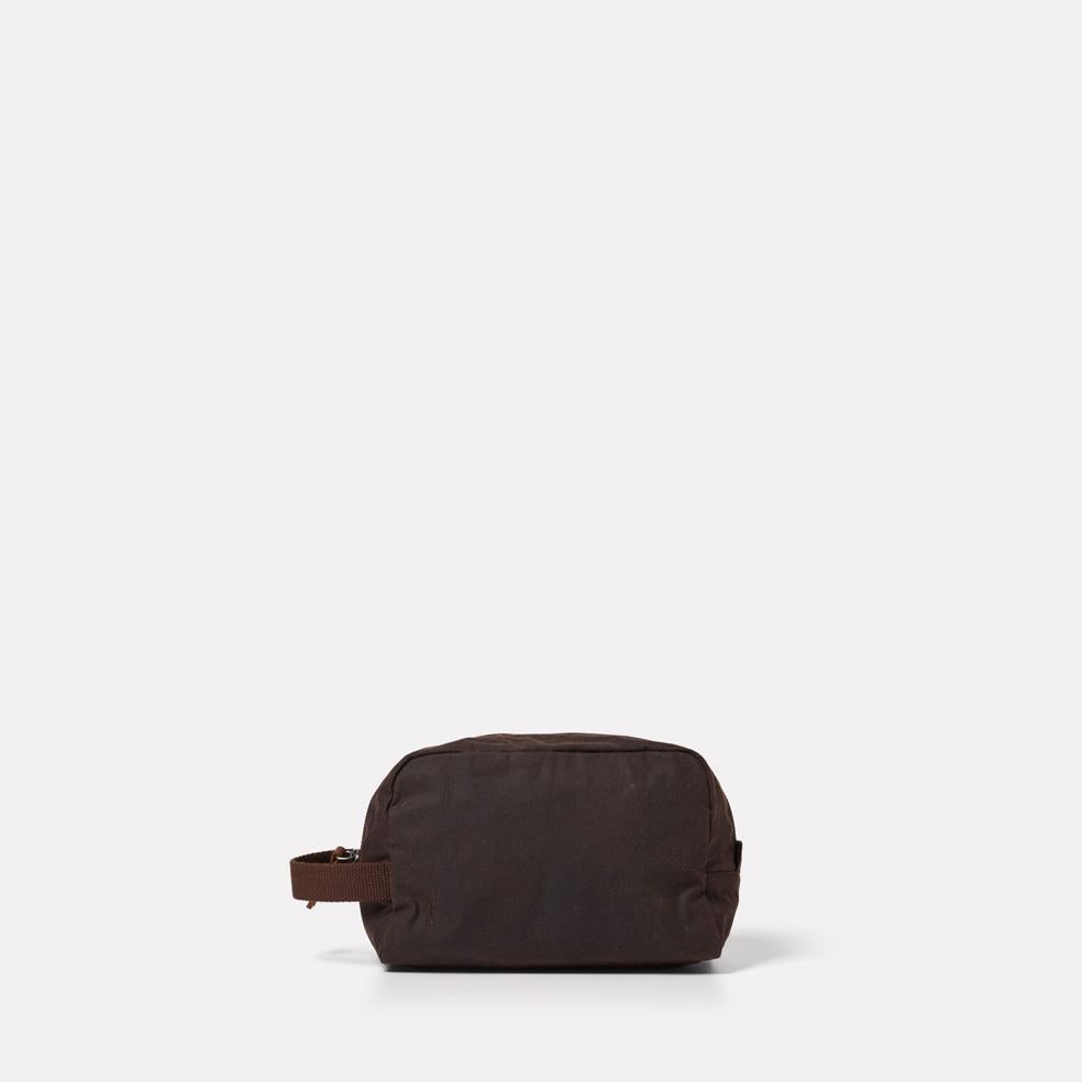 AC_AW18_WEB_WAXED_COTTON_WASHBAG_SIMON_DARK_BROWN_01