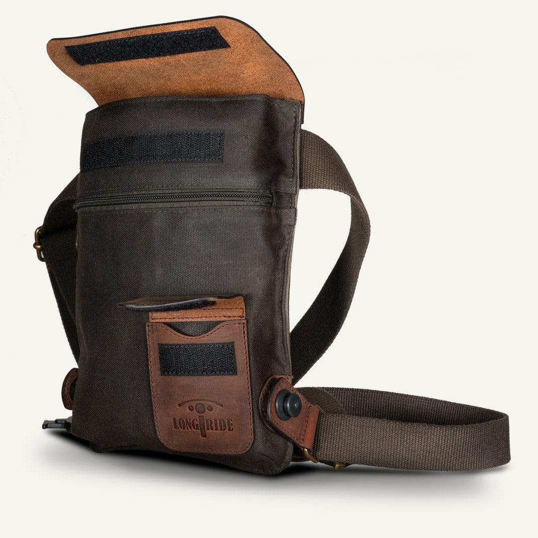 Leg bag in brown leather and kaki waxed cotton.