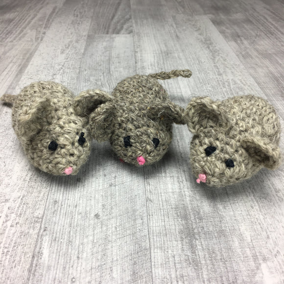 Crochet mouse with organic catnip