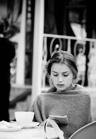 woman reading in cafe