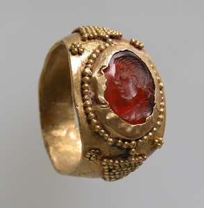 A gold Frankish ring featuring a carnelian/sard intaglio, dated to the 7th century C.E