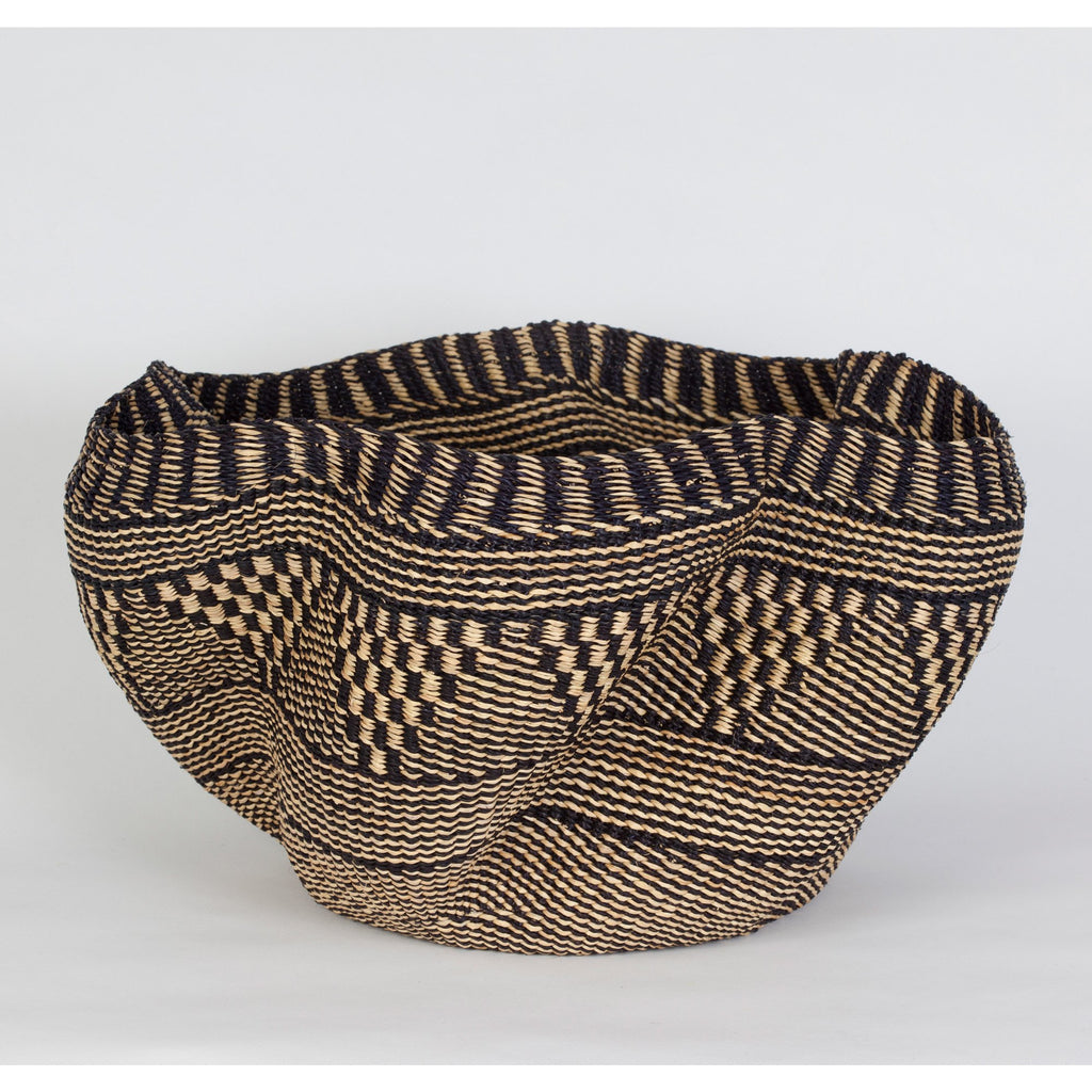 Handmade straw basket in Ghana in natural and black color