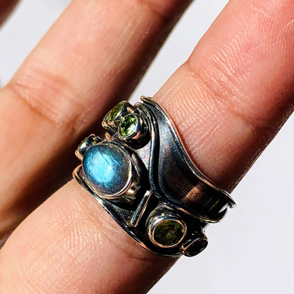 Dazzling Faceted Peridot & Glowing Blue Labradorite Sterling Silver Ring (Size 6)