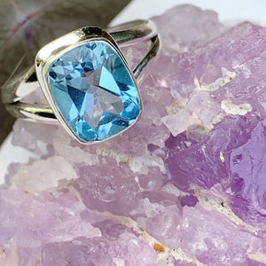 Gorgeous Sky Blue Faceted Blue Topaz Ring in Sterling Silver (Size: 8)