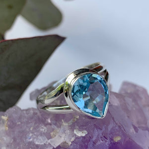 Gorgeous Sky Blue Faceted Blue Topaz Ring in Sterling Silver (Size: 7)