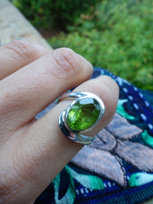 Incredible & Vibrant Green Faceted Arizona Peridot Ring In Sterling Silver (Size 9) - Earth Family Crystals