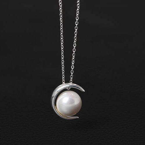 Shiny Pearl on the Moon Necklace