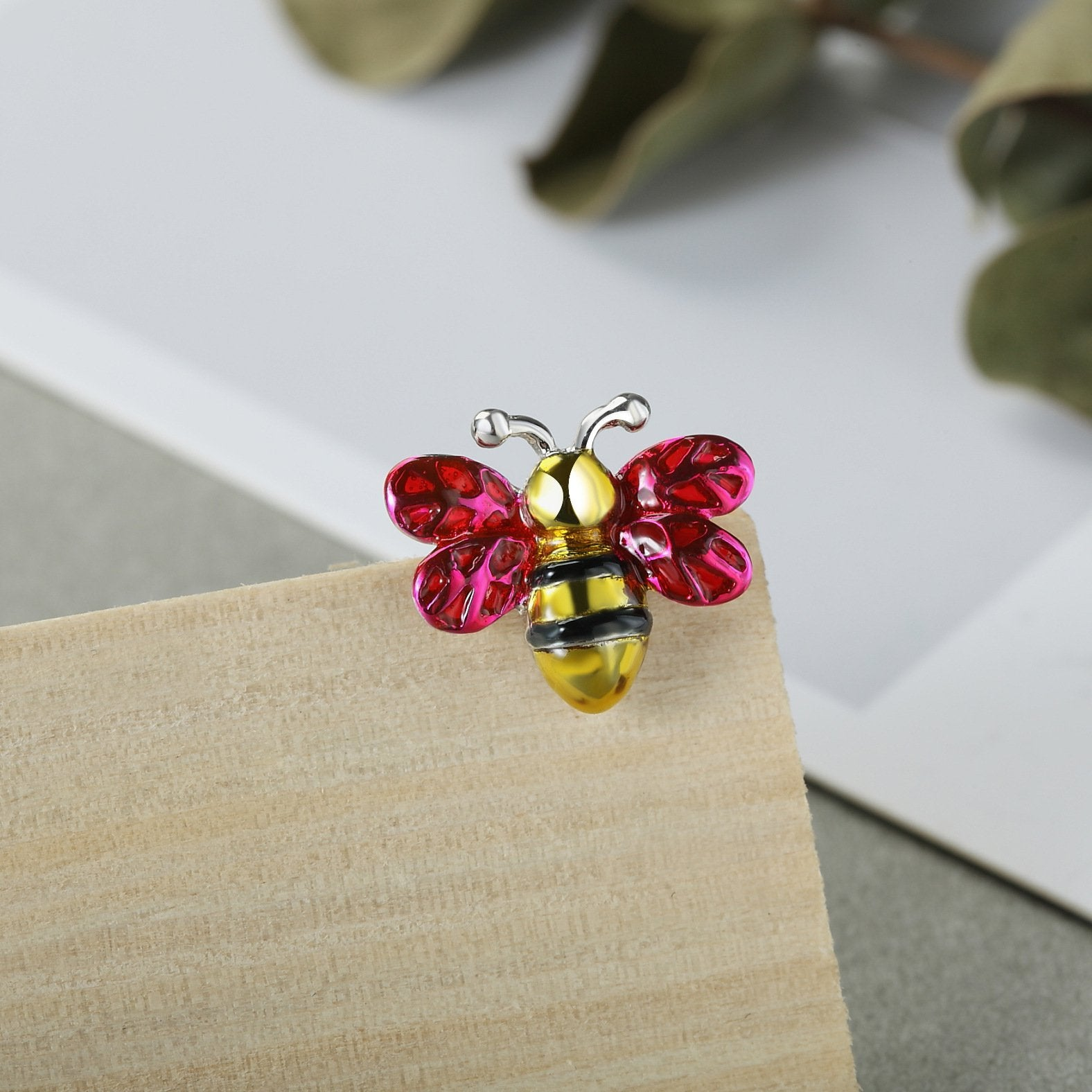 Lovely Bee Kiss Silver Brooch