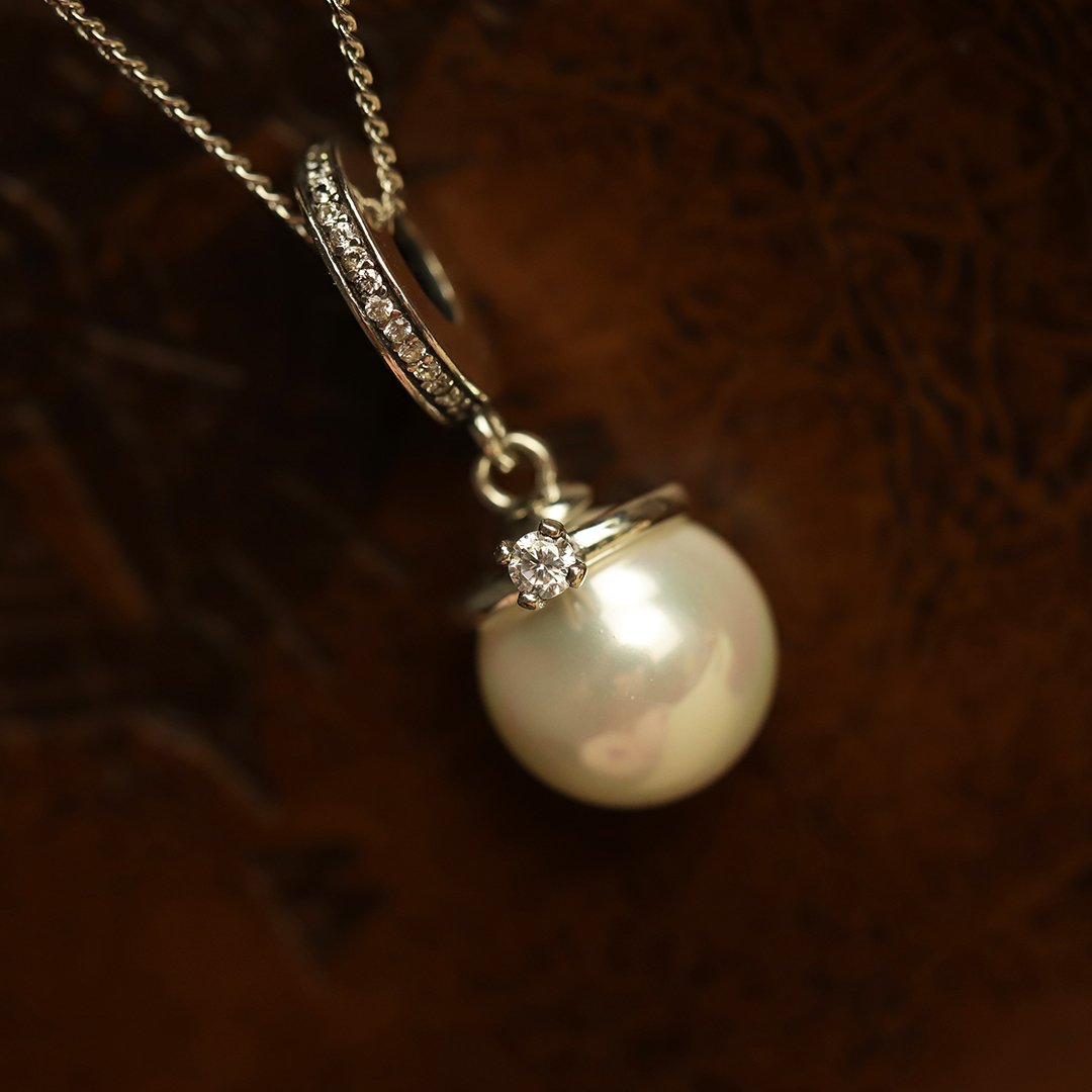Chic Pearl Pendant with Chain