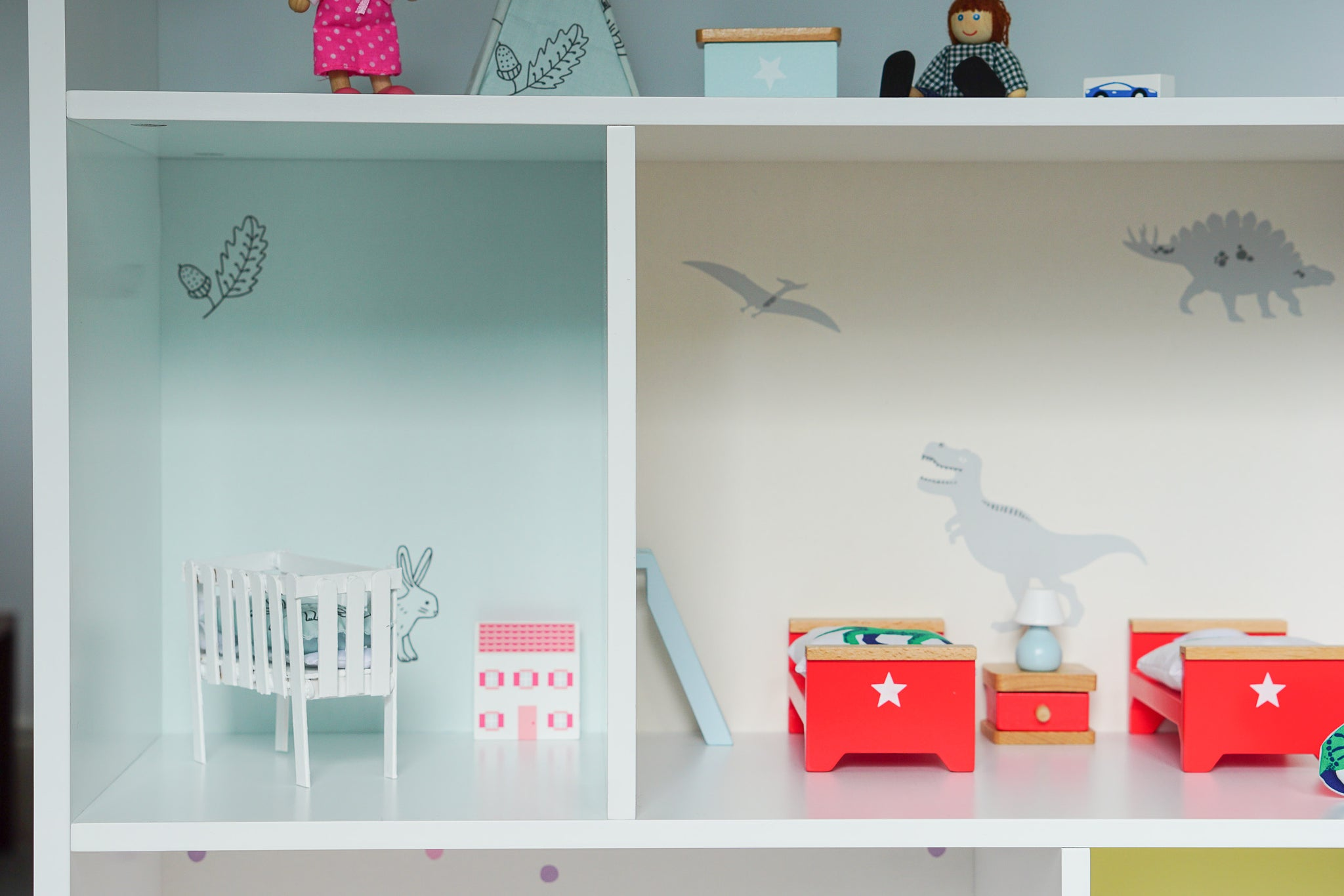 TRANSFORM A BOOKCASE INTO A DOLLS' HOUSE - PART IIII