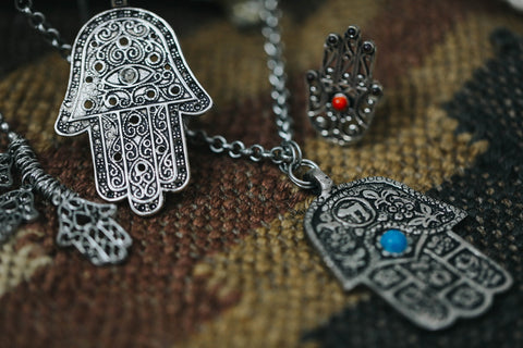 What is the meaning of the hamsa ishka the earliest use of the hamsa can be traced back to ancient mesopotamia modern day iraq where it was worn as an amulet to protect against the evil eye mozeypictures Image collections