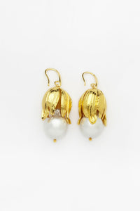 Pearl's Nest Earrings with White Pearls