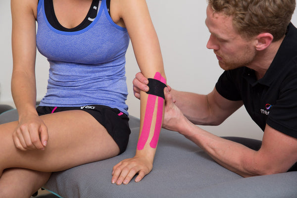 Strapping ruban adhesif kinesiologique kinesitherapeutique bandes musculaires sport photo pose tapping