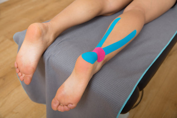 Strapping ruban adhesif kinesiologique kinesitherapeutique bandes musculaires sport tuto maintien tendon d'achille