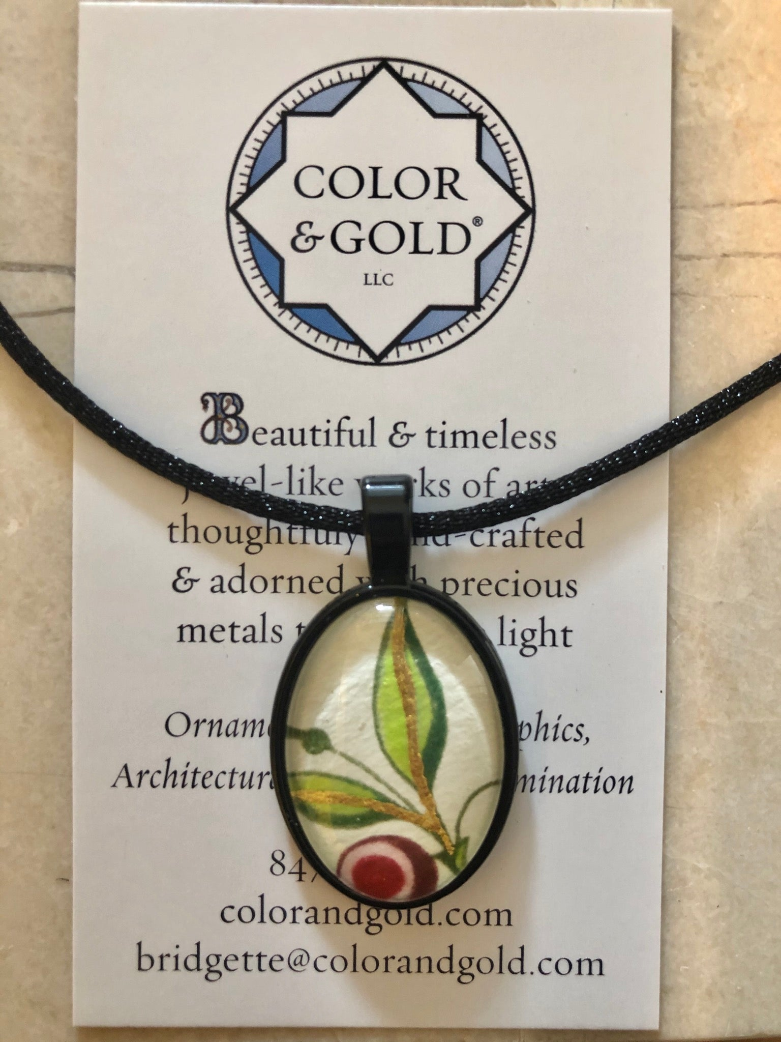 Color & Good Peppermint Spiral Black Oval Necklace