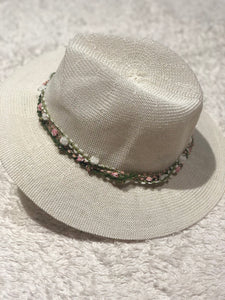 SCATTER-PETALED FLOWER DETAILED STRAPING HAT