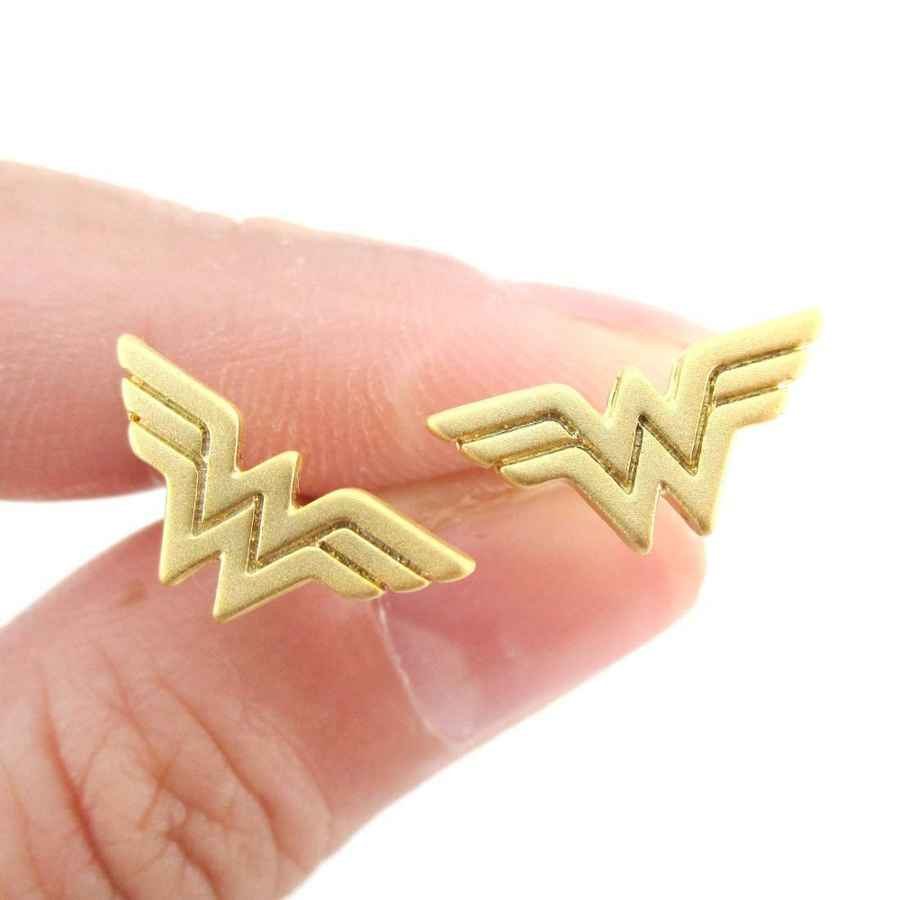 768688183 DC Hero Wonder Woman Logo Shaped Stud Earrings in Gold – DOTOLY