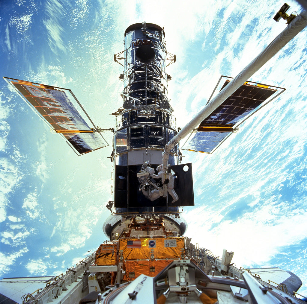 STS-103-HST-servicing-mission-3_Hubble_EVA