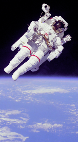 astronaut_spacewalk_april_1983_phone_wallpaper