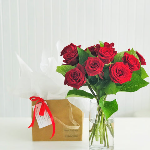 VALENTINES DAY - TEN ROMANTIC RED ROSES IN VASE - 10 STEMS