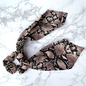 THE SCRUNCHIE SCARF - TAUPE SNAKE