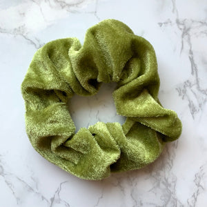 THE VELOUR SCRUNCHIE - MOSS GREEN