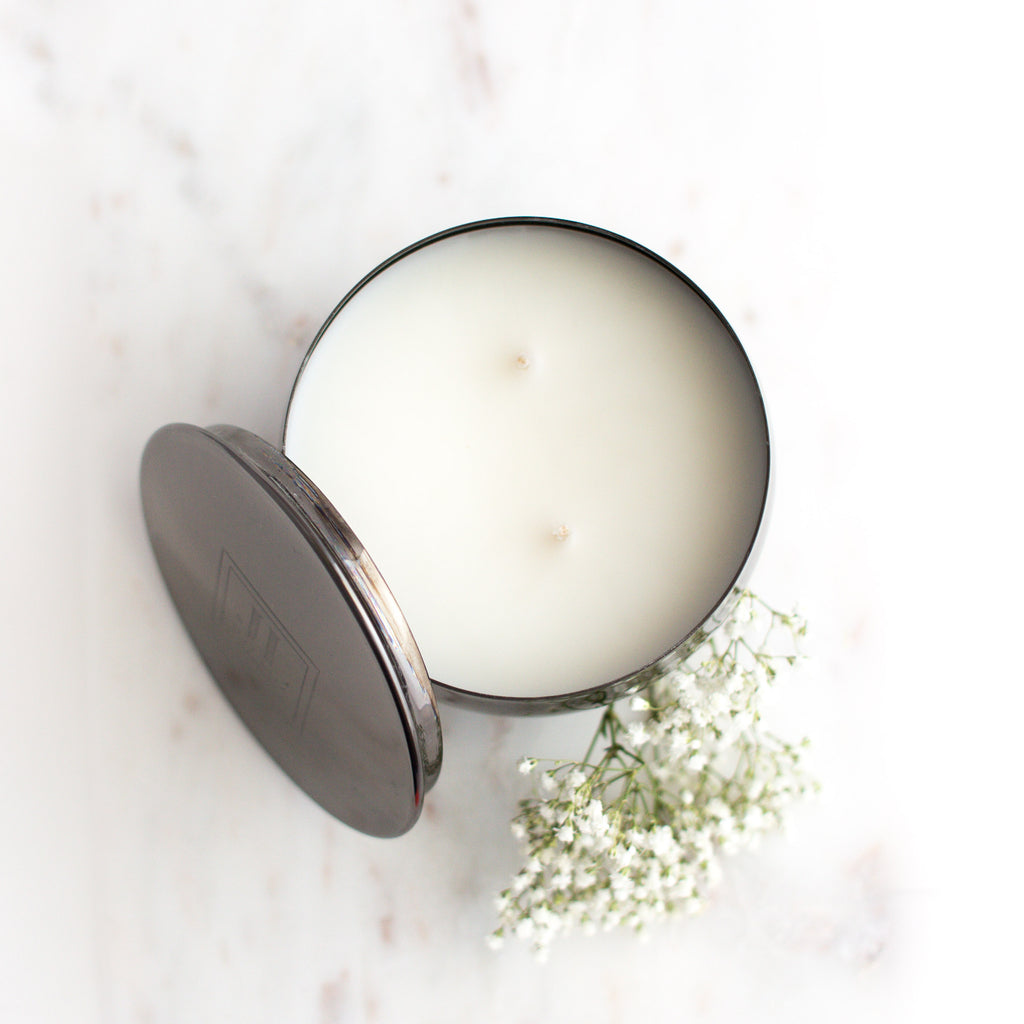 WHITE MUSK AND AMBER SCENTED CANDLE