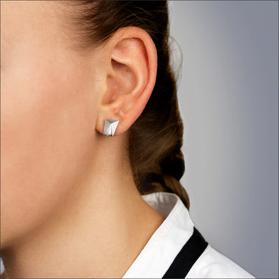Cyllena | Ohrringe, Ohrstecker (klein) - Nahaufnahme - 950/- Platin - an einem Model | ear-studs, earrings (small) - close up - 950/- platinum - worn by a model | SYNO-Schmuck.com